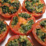 Kepti pomidorai įdaryti parmezanu, česnakais ir petražolėmis