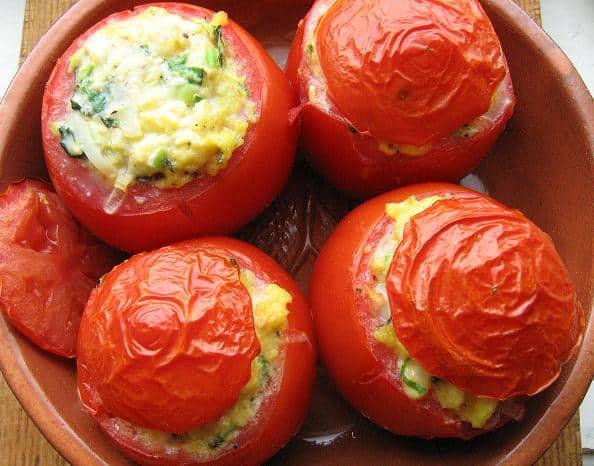 Pomidorai įdaryti plakta kiaušiniene ir žalumynais