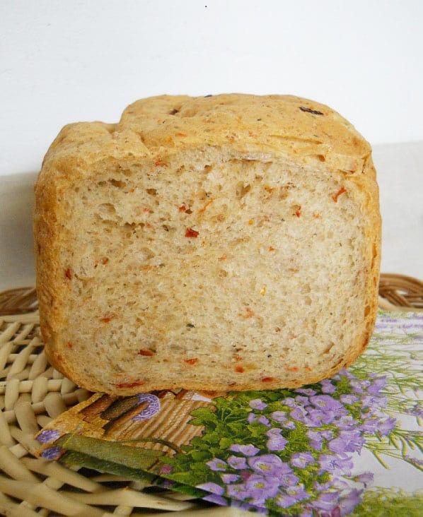Duona su saulėje džiovintais pomidorais ir sūriu