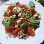 Avokadų salotos su keptų čili pipirų padažu