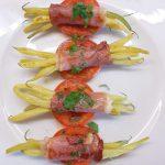Šparaginės pupelės su kumpiu ir pomidorais