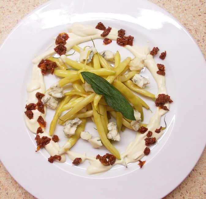 Šiltos šparaginių pupelių salotos su gorgonzolos sūriu