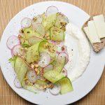 Ridikėlių, agurkų salotos su graikiniais riešutais