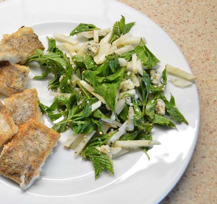Topinambų salotos su garšvom ir mėlynojo pelėsio sūriu