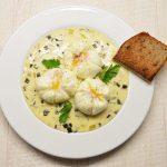 Virti kiaušiniai su ožkos sūrio padažu