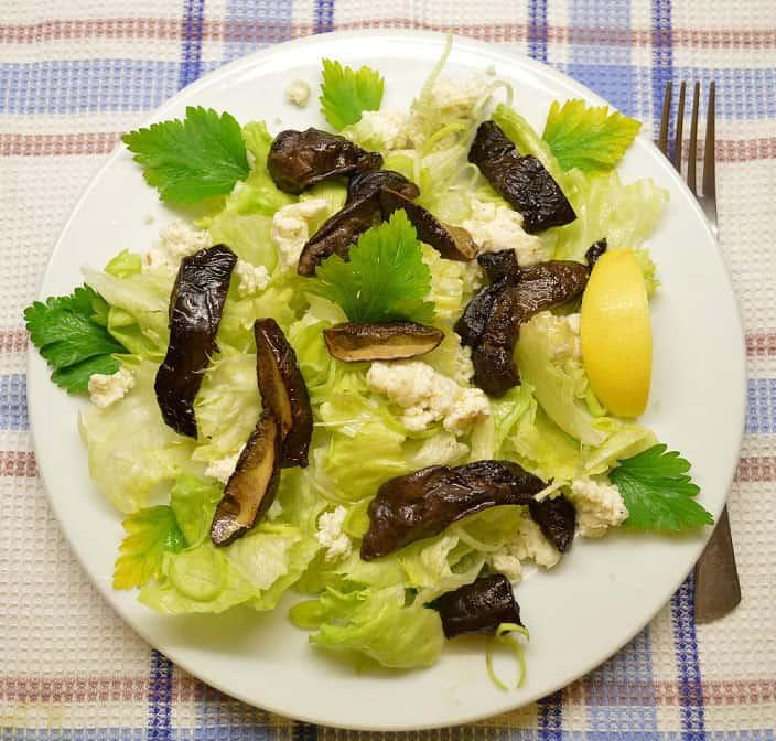 Salotos su ožkos sūriu ir grybais