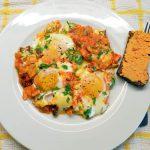 Kepti kiaušiniai pomidorų padaže su Brie sriu