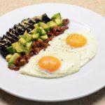 Kepti kiaušiniai su burokėlių, avokadų, pomidorų salotomis