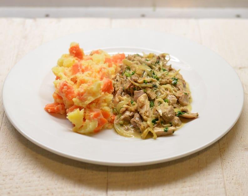 Bulvių morkų košė su troškinta višta