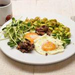 Kepti kiaušiniai su tunu, avokadu ir saulėgrąžų daigiais