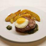 Jautienos kepsnys su ančiuvių padažu, keptu kiaušiniu ir bulvytėmis