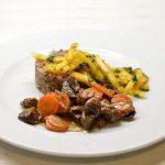 Žąsienos troškinukas su grikiais ir persimonų salotomis