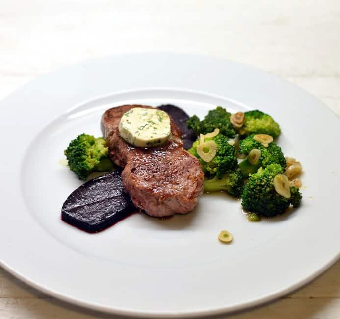 Jautienos kepsnys su brokoliais, ančiuviais, burokėliais