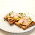 Pusryčių sumuštiniai su kiaušiniais, ridikėliais ir garstyčiomis