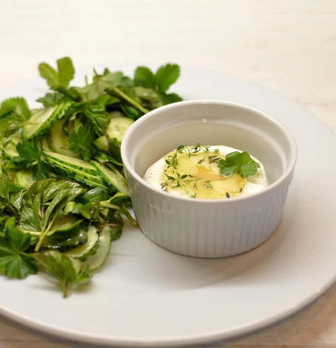 Keptas Camembert sūris su lauko žolelių salotomos