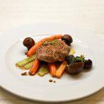 Kiaulienos kepsneliai su orkaitėje keptomis daržovėmis, raudonviršiais ir garstyčių padažu