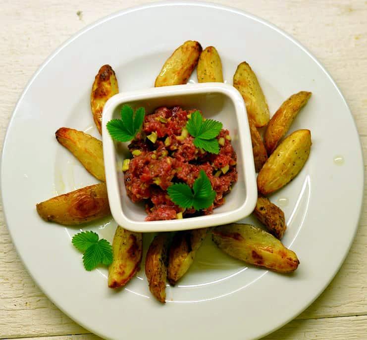 Jautienos tartar'as su bulvytėmis su trumų aliejumi