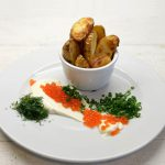 Keptos bulvės su grietine, lašišos ikrais ir trumų aliejumi