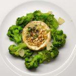 Keptas Camembert sūris su brokoliais
