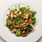 Salotos su speltos grūdais, brokoliais, pomidorais ir rūkytu upėtakiu