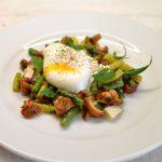 Kiaušinių, voveraičių, šparaginių pupelių ir ožkos sūrio salotos