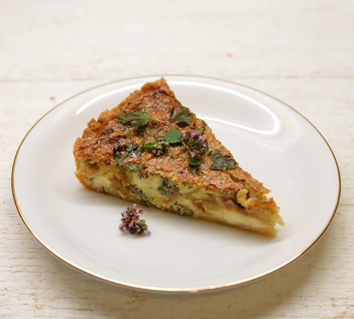 Pyragas su trijų rūšių sūriais, garstyčiomis ir karamelizuotais svogūnais (quishe)