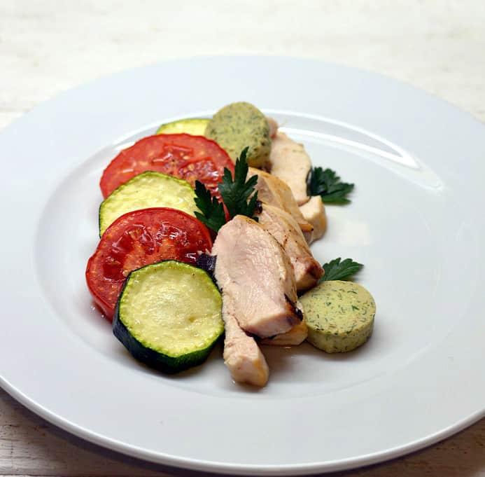 Vienos skardos vakarienė. Vištiena su cukinijom, pomidorai ir prieskoniniu sviestu.