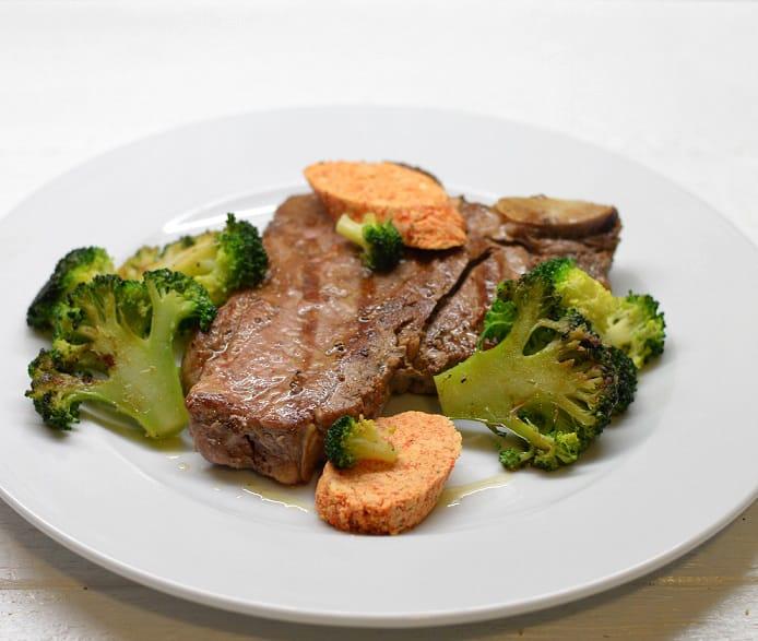 """Keptas """"T-bone"""" kepsnys su paprikų sviestu ir brokoliais"""