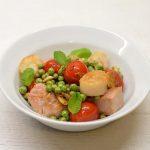 Šiltos tuno ir jūros šukučių salotos su žirneliais ir pomidorais