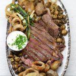 """""""Tomahawk"""" kepsnys su kastiniu, bulvytėmis, pievagrybiais ir svogūnų žiedais"""