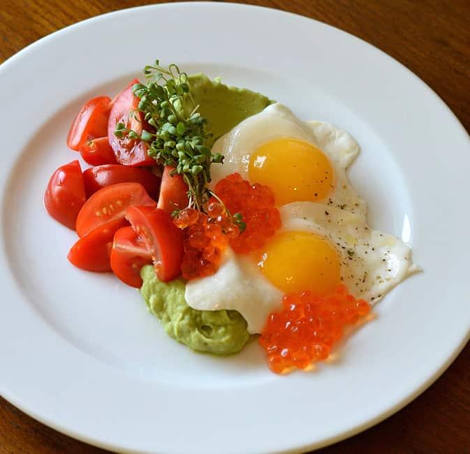 Patarškų kiaušiniai su avokadais ir pomidorais