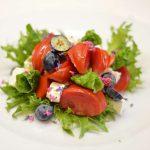 Salotos sus sūriu, pomidorais ir šilauogėmis