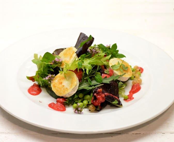 Vasaros salotos su serbentų padažu
